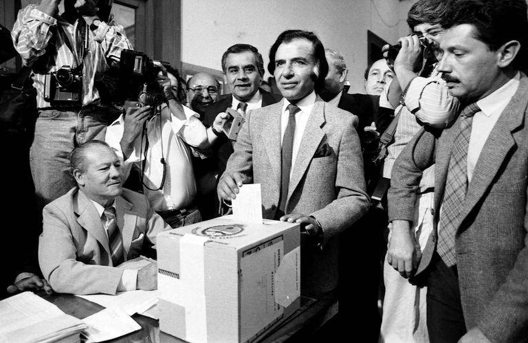 Carlo Menem vota en La Rioja el 14 de Mayo de 1989; se venían semanas de convulsión previas a su asunción como presidente de la Nación