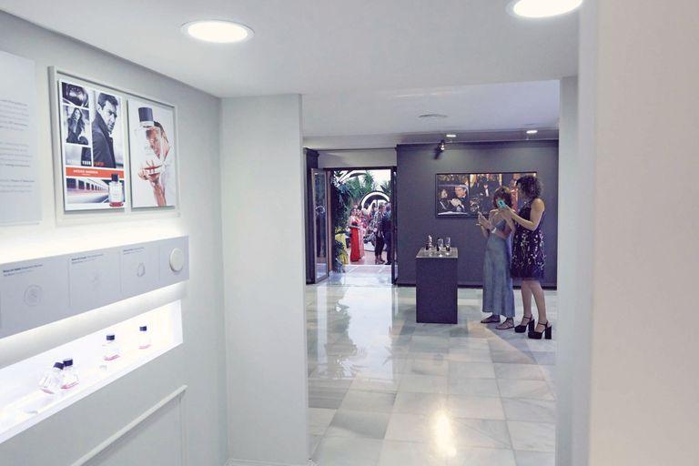 Una muestra retrospectiva de los perfumes de Antonio Banderas, en la que se exhibían fotos, bocetos y frascos, daba la bienvenida a los 170 invitados.