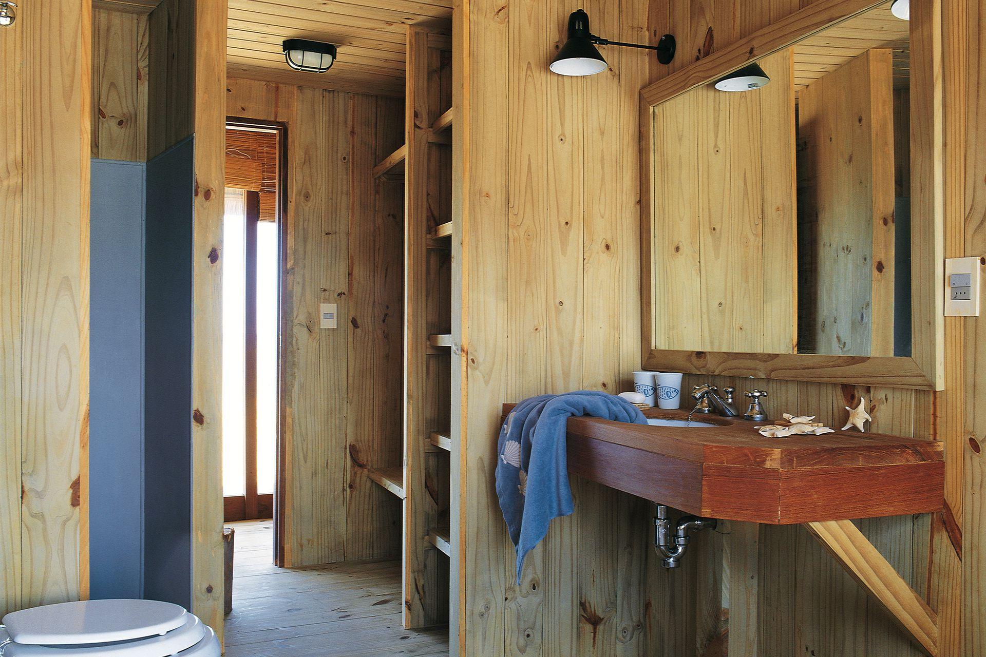 La madera como material estrella también en el baño.