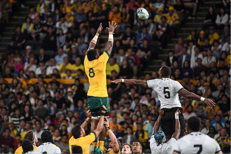Isi Naisarani gana un line-out en el colmado estadio de Sapporo.