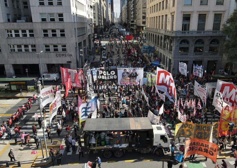 Cortes y protestas en el centro porteño en medio del pico de contagios de coronavirus; organizaciones sociales y movimientos de izquierda se concentraron en el Obelisco