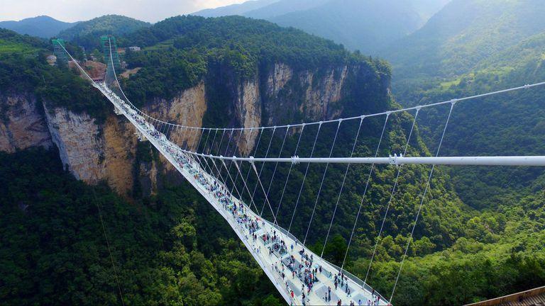 En Lianzhou, provincia de Guangdong, China, se localiza el puente de cristal más largo del mundo.