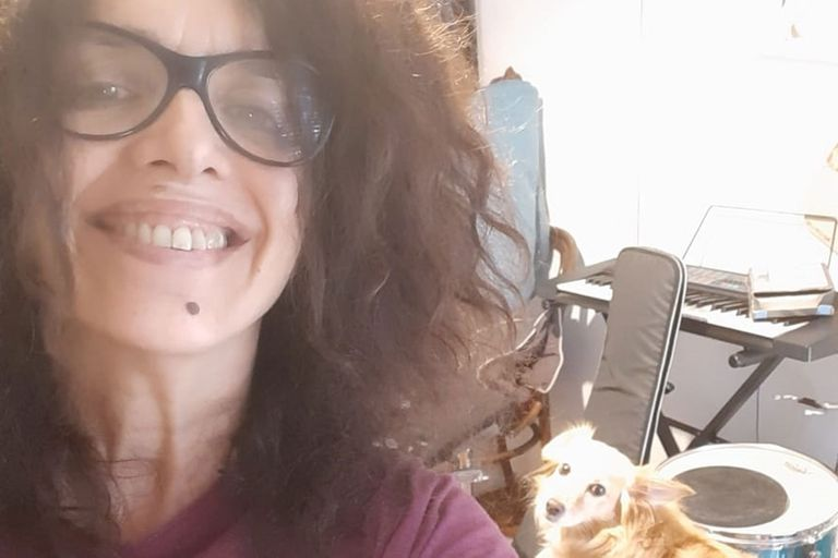 Andrea Julia Álvarez, en su casa con sus instrumentos y su perro. Extraño mucho a mi hijo que vive con la novia, dice