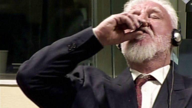 El momento en el que Praljak toma una botella de veneno durante el juicio en su contra