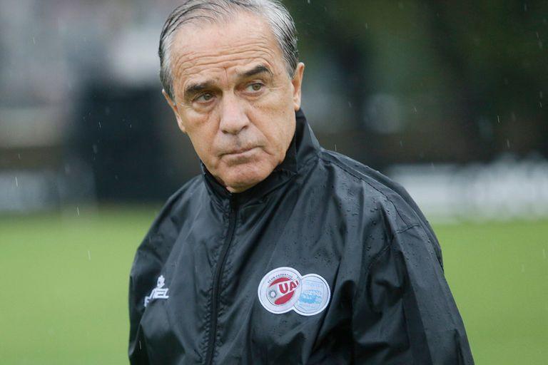 Roberto Saporiti de 76 anos es tecnico de la UAI Urquiza en un partido contra Deportivo Riestra.