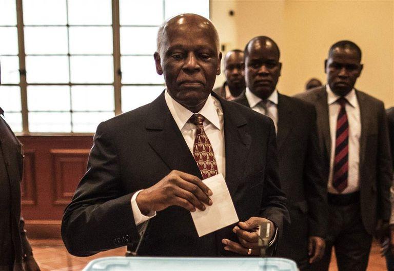 Dos Santos votó ayer en una escuela de Luanda