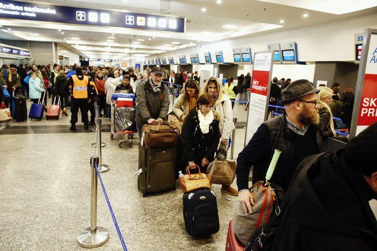 Demoras y cancelaciones en Aeroparque por medidas gremiales