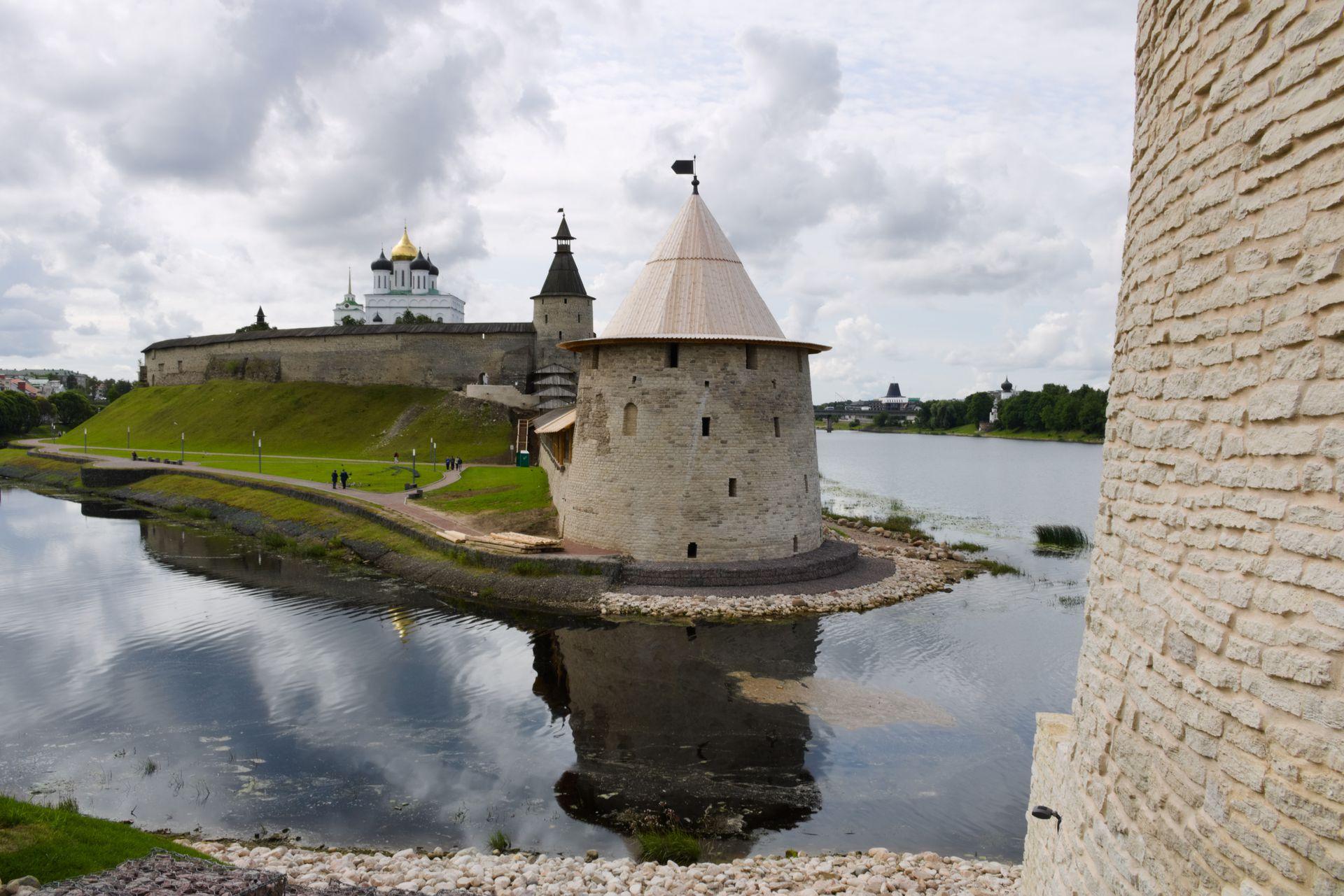 El kremlin de Pskov, recinto amurallado que protegía la ciudadela. El edificio blanco dentro de la fortaleza es la catedral de la Santísima Trinidad.