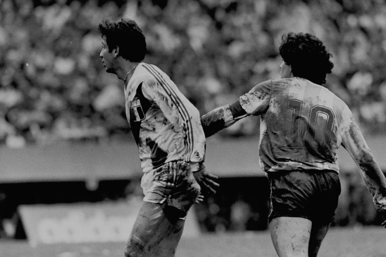 Un Maradona todo embarrado hizo un despliegue descomunal para escaparse de la marca de Reyna en 1985