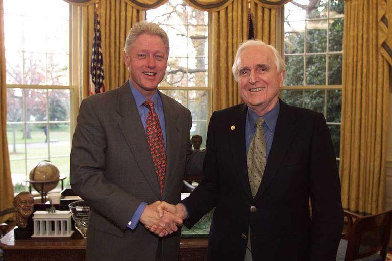 Douglas Engelbart recibe de Bill Clinton en 2000 la Medalla Nacional de Tecnología e Innovaciones, la distinción más grande en Estados Unidos en el área tecnológica