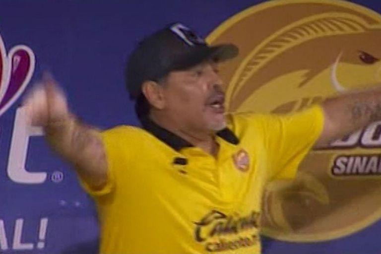 Maradona pide el VAR durante el partido de Dorados
