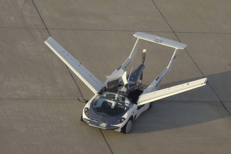 El AirCar eslovaco puede circular por una autopista, entrar a un aeropuerto y en dos minutos estar listo para volar