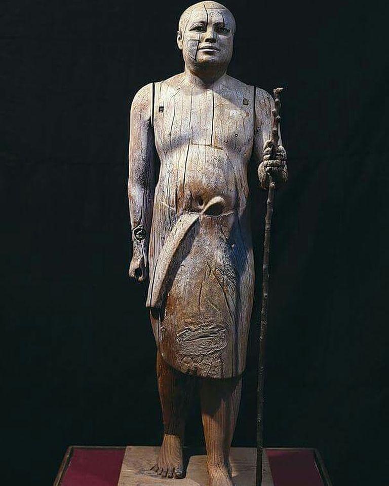El sacerdote fue retratado en una pose de zancada sostenido por un bastón que le dan un toque más humano a su figura