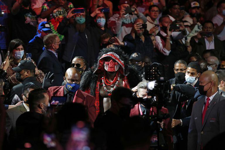 Una máscara esquelética: Wilder puso lo suyo en el espectáculo previo a las trompadas.