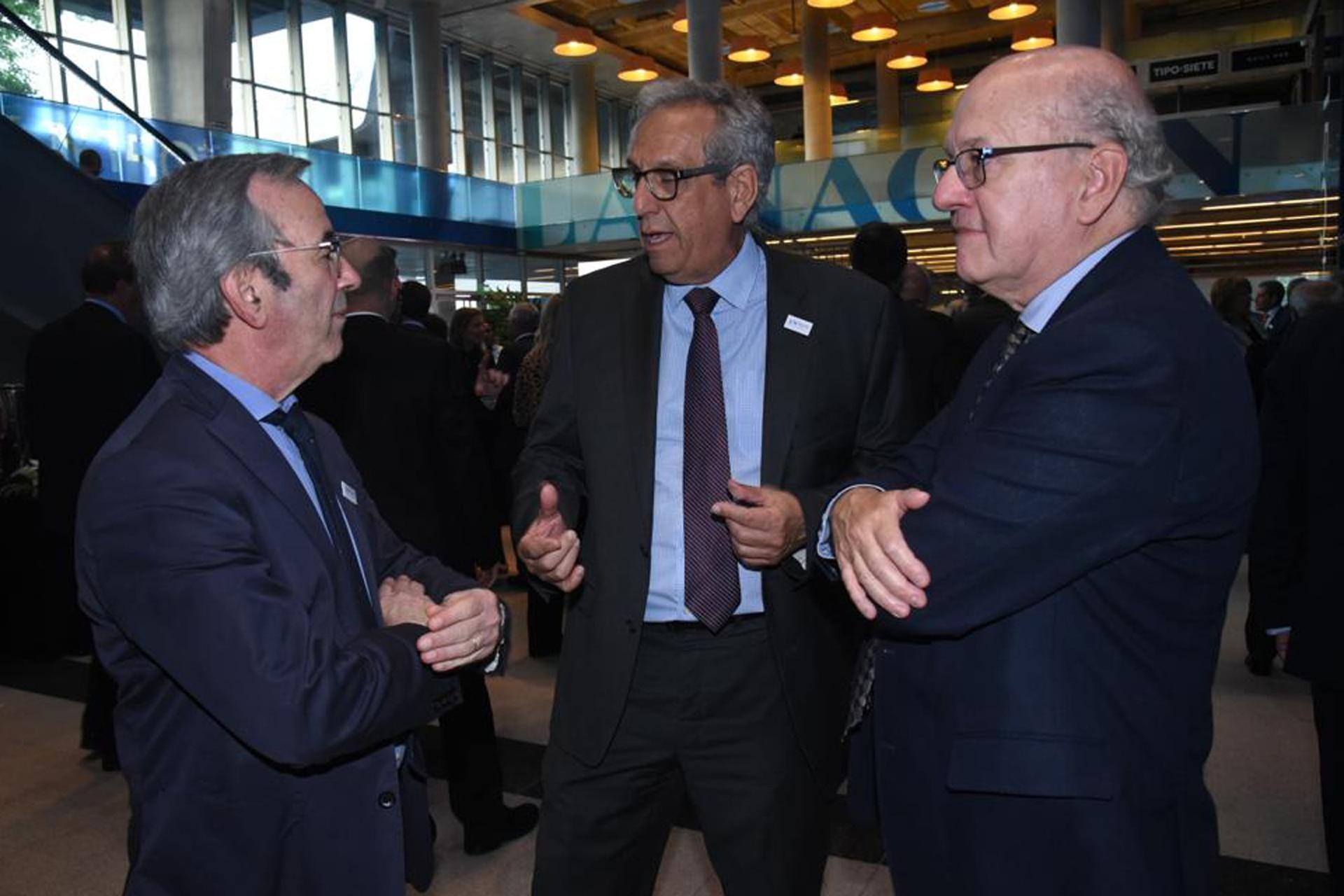 El periodista de LA NACION, Pablo Sirvén (derecha) charla con su colega, Jorge Sigal, y Facundo Suárez Lastra
