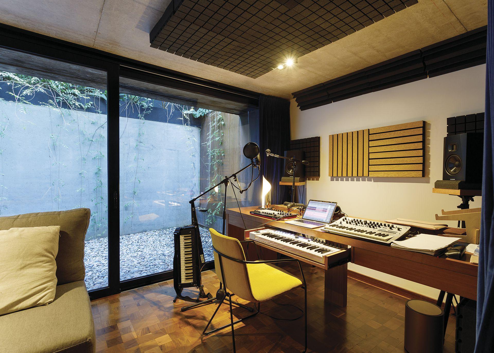 En el subsuelo se encuentra el estudio, que -como corresponde a un hogar de músicos- está perfectamente equipado y acustizado.