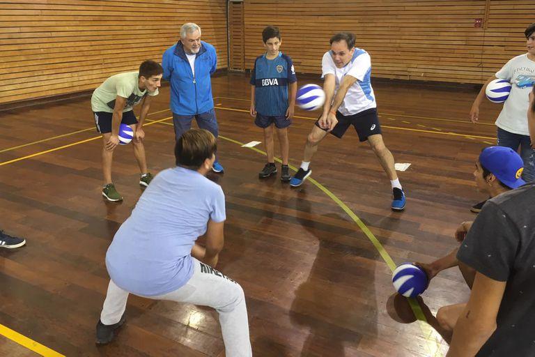 Javier Weber imparte enseñanzas de voleibol