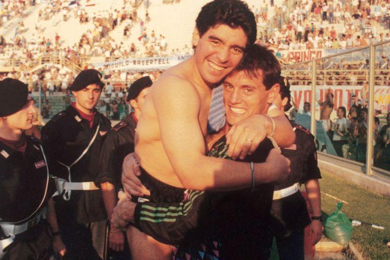Tarde de gloria junto con Maradona; Goycochea ya no tiene los guantes, porque se los acaba de arrojar a los hinchas tras eliminar por penales a Yugoslavia