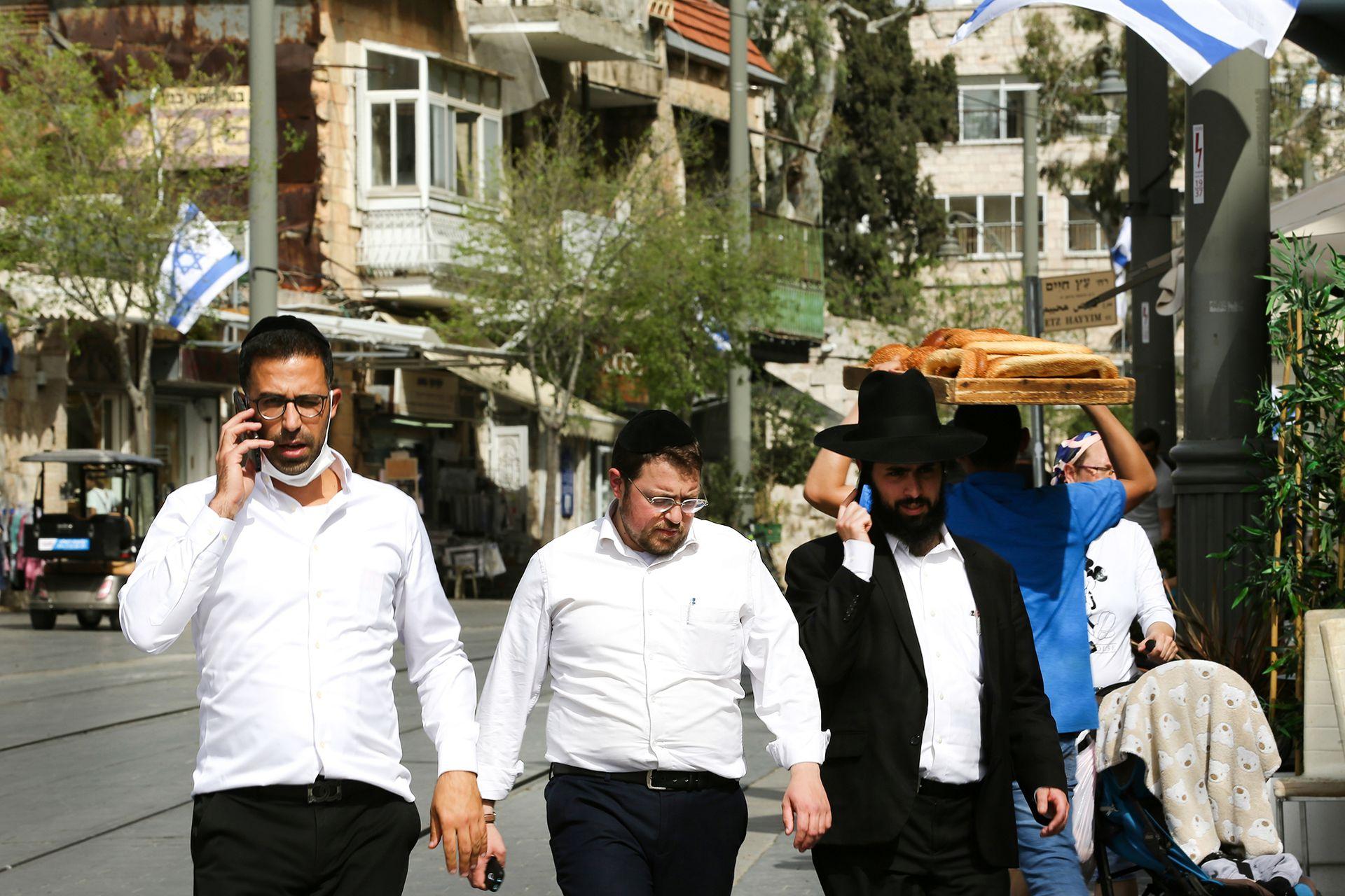 Las primeras imágenes de ciudadanos sin barbijo en Israel recorrieron el mundo