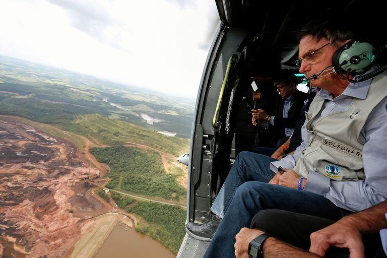 El presidente de Brasil sobrevoló las áreas afectadas por el derrame para tomar dimensión de las consecuencias