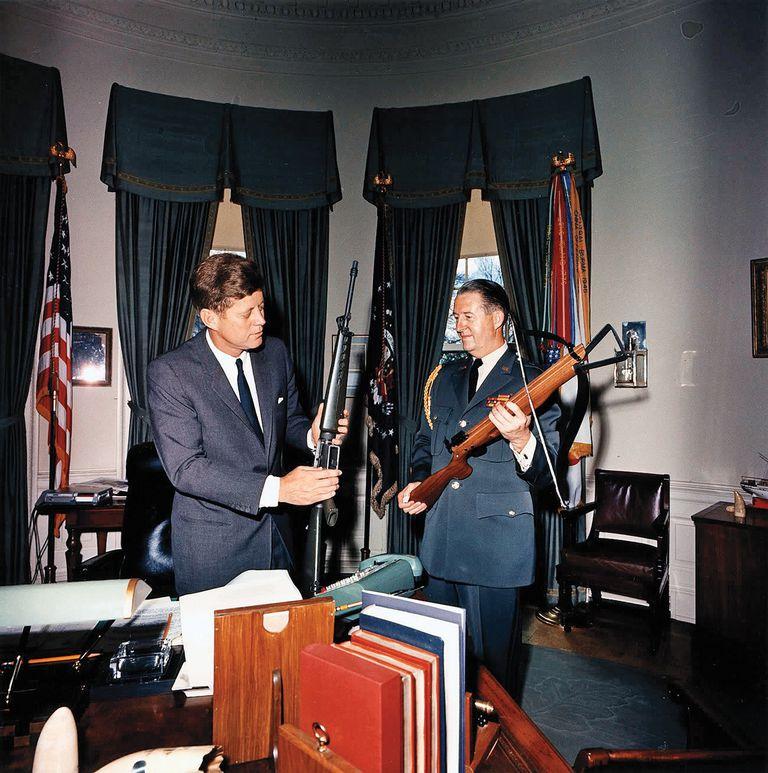 """El presidente Kennedy en la Casa Blanca con un rifle M16, que fue creado para la Armada en 1963. Un reporte de Defensa señaló que el arma era adecuada para """"los enfrentamientos breves a poca distancia que son característicos de la guerra en Vietnam"""""""