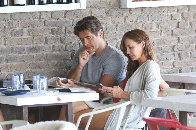 Siempre informado: en sus vacaciones, Guillermo Andino no pudo evitar hojear el diario antes de comer