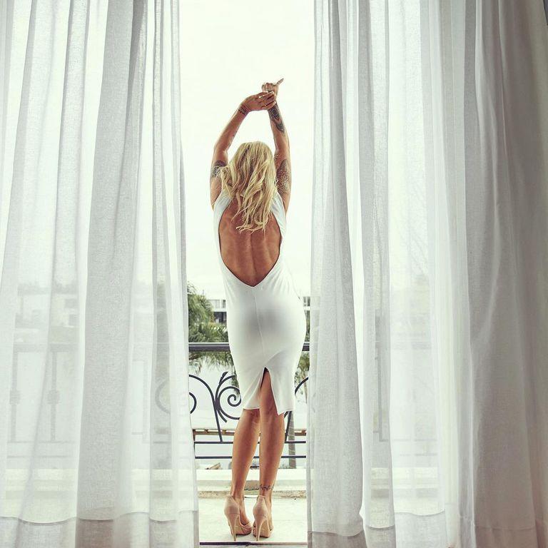 Desperezándose un domingo, y de paso mostrando sus hermosas cortinas blancas (Instagram)