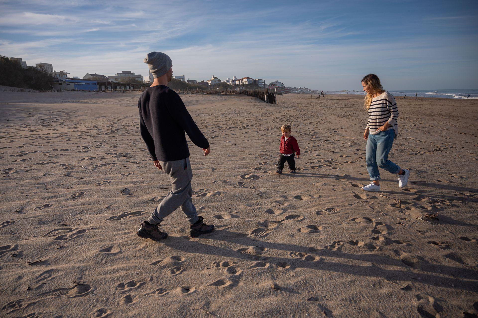Joy y Lucas, junto al mar con su hijo de casi dos años