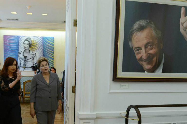 Cristina Kirchner camina por los pasillos de Casa Rosada, tras la reunión que mantuvo con Dilma Roussef
