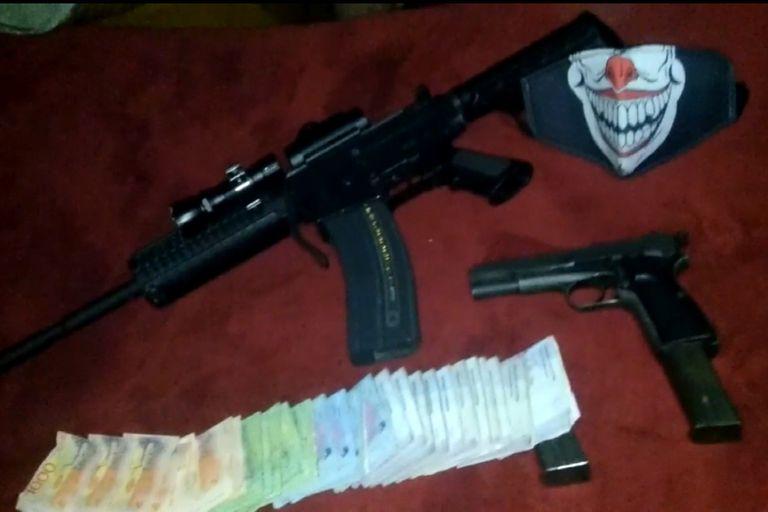 Armamento de la banda de Alejandro Núñez, alias Chucky Monedita, narco que maneja desde la cárcel de Piñero un grupo de sicarios
