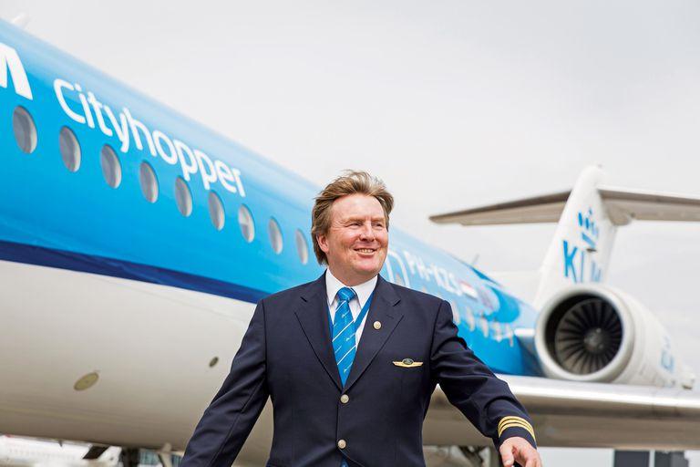 Desde hace veintitrés años el rey Guillermo pilotea vuelos comerciales de KLM, la aerolínea de bandera. Lo hace de incógnito, según él mismo reveló al diario holandés De Telegraaf en 2017.