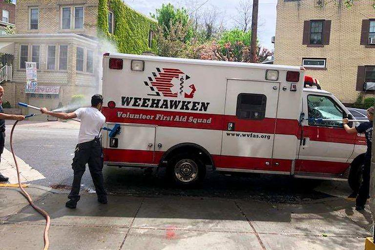 Después de cada llamado, los trabajadores del escuadrón en Weehawken, Nueva Jersey, hacen una limpieza exhaustiva de la ambulancia
