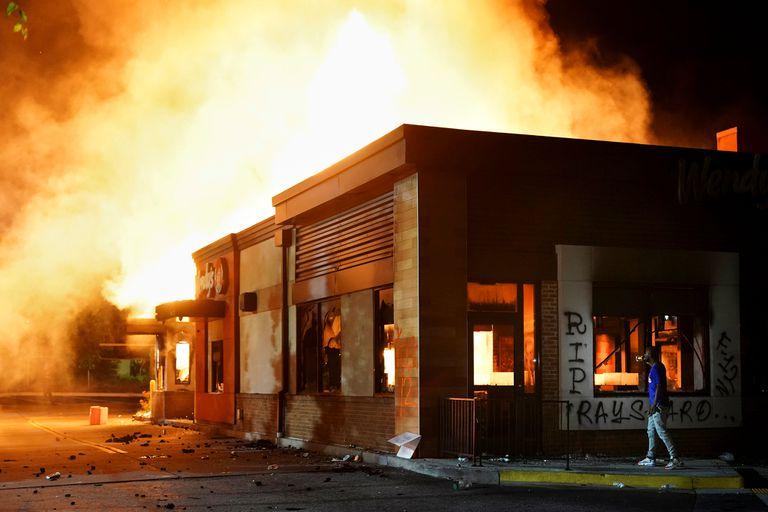 Incendio de un Wendy después de una manifestación contra la desigualdad racial y la muerte a tiros de la policía de Rayshard Brooks, en Atlanta, Georgia, Estados Unidos