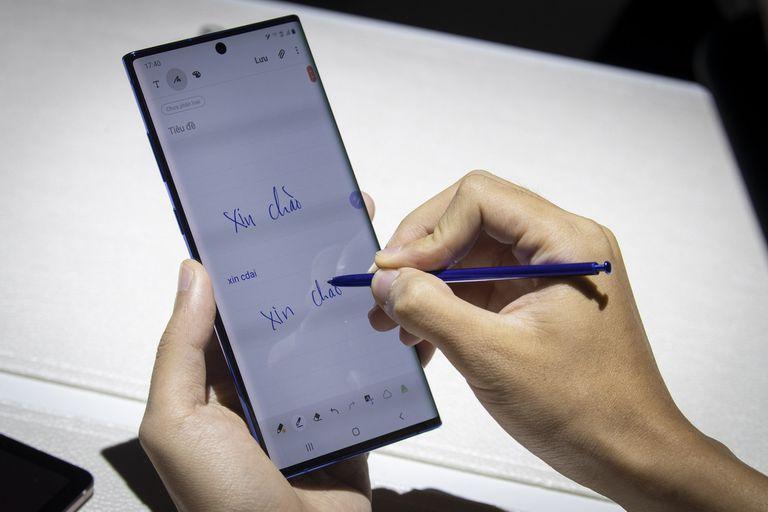 El Galaxy Note 10 se mantiene fiel al distintivo stylus, el lápiz que se puede utilizar en la pantalla táctil