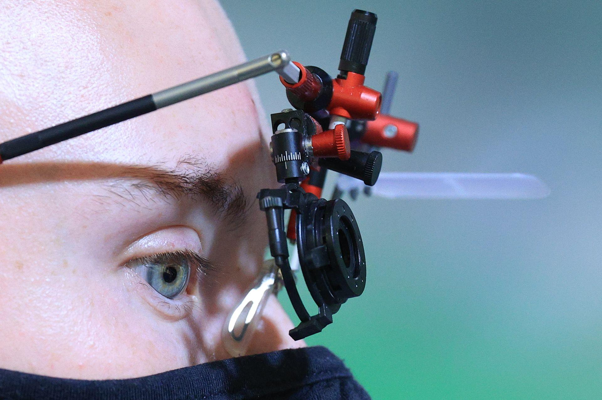 El atleta de la República de China Artem Chernousov compite en la calificación de tiro con pistola de aire de 10 m para hombres durante los Juegos Olímpicos de Verano de 2020 en el campo de tiro de Asaka.