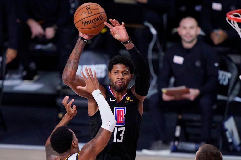 NBA: un triple movimiento entre Los Angeles Clippers, Houston Rockets y Brooklyn Nets que podría modificar el mapa de la competencia. El base de Los Angeles Clippers Paul George (13)