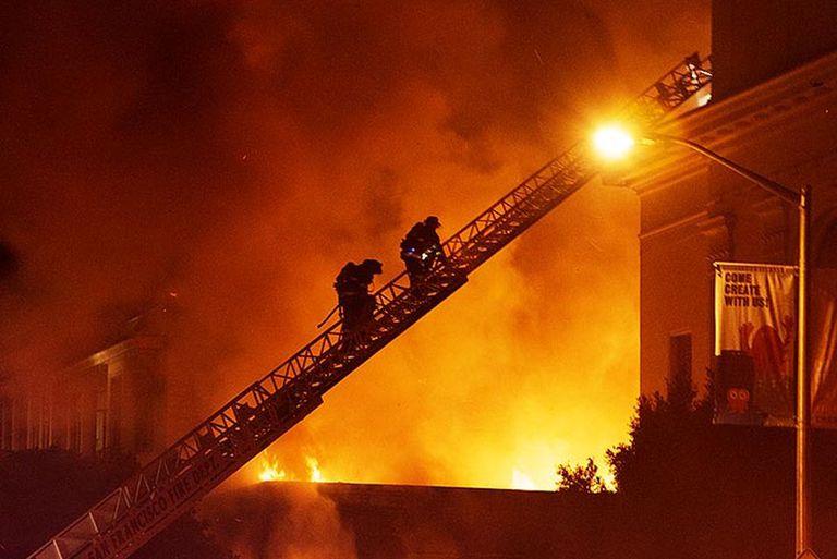 Una vista del incendio que afectó las instalaciones de archive.org