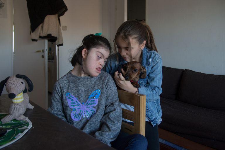 Sandra junto a hermana Ana Paula y el perro de la familia