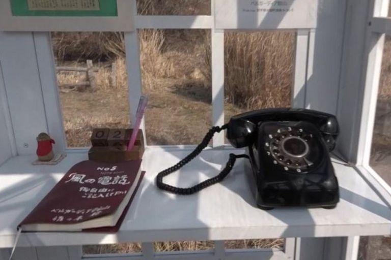 Además de un teléfono negro antiguo, dentro de la cabina hay una libreta donde la gente deja mensajes