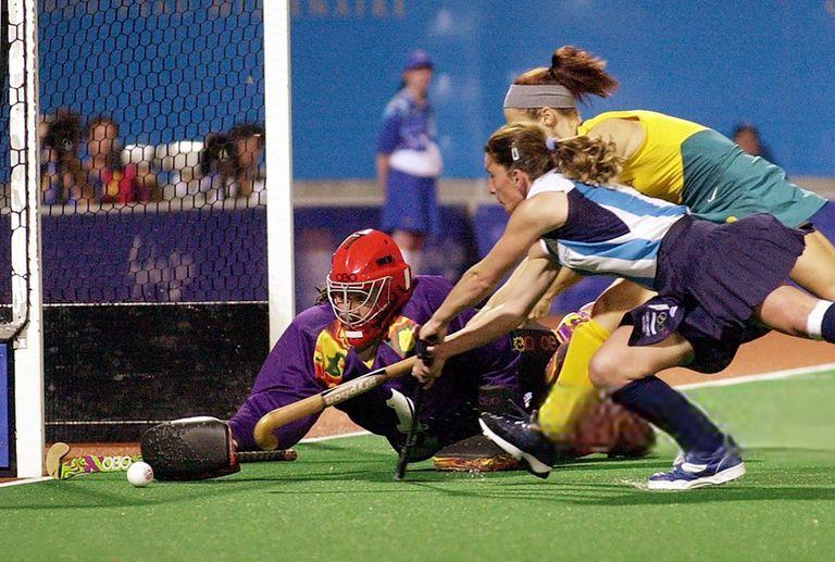 La arquera argentina Mariela Antoniska (izq.), detiene un ataque australiano, pero no puede evitar que Australia gane la medalla de oro en la final de hockey femenino contra Argentina el 29 de septiembre de 2000 en los Juegos Olímpicos de Sydney.
