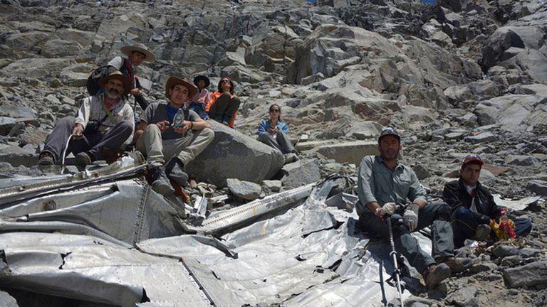 La expedición de 2015 con los restos completos del avión desaparecido