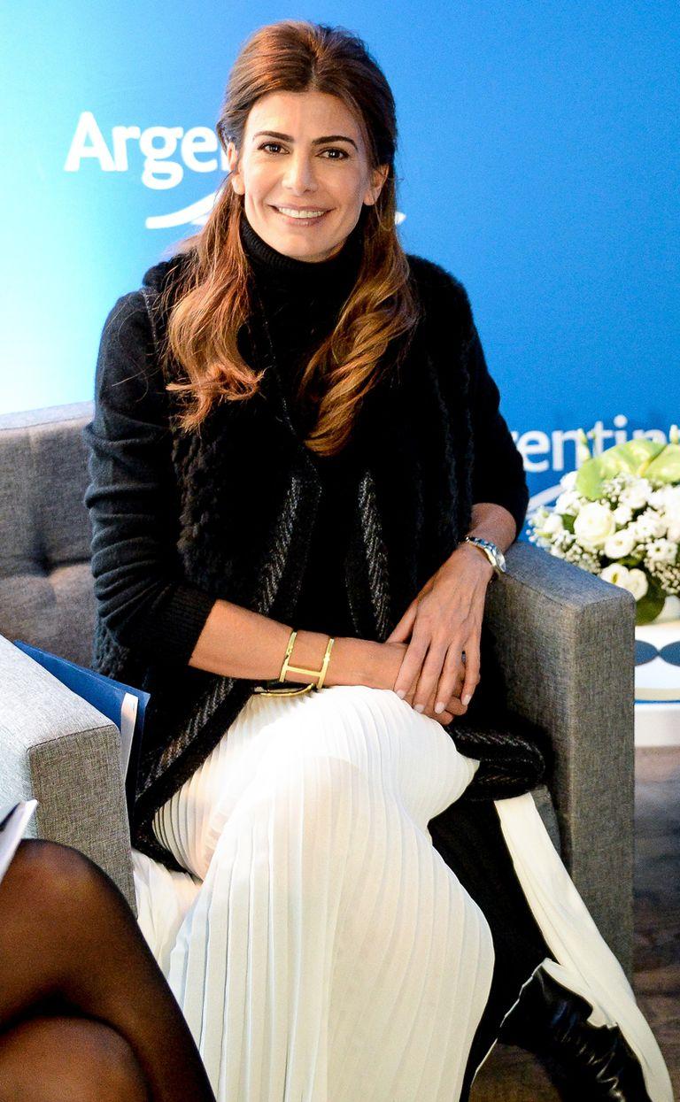 Juliana llevó una falda color hueso que combinó con suéter de cachemire de cuello alto, chaleco de piel y botas de caña alta. FOTO: Presidencia de la Nación.