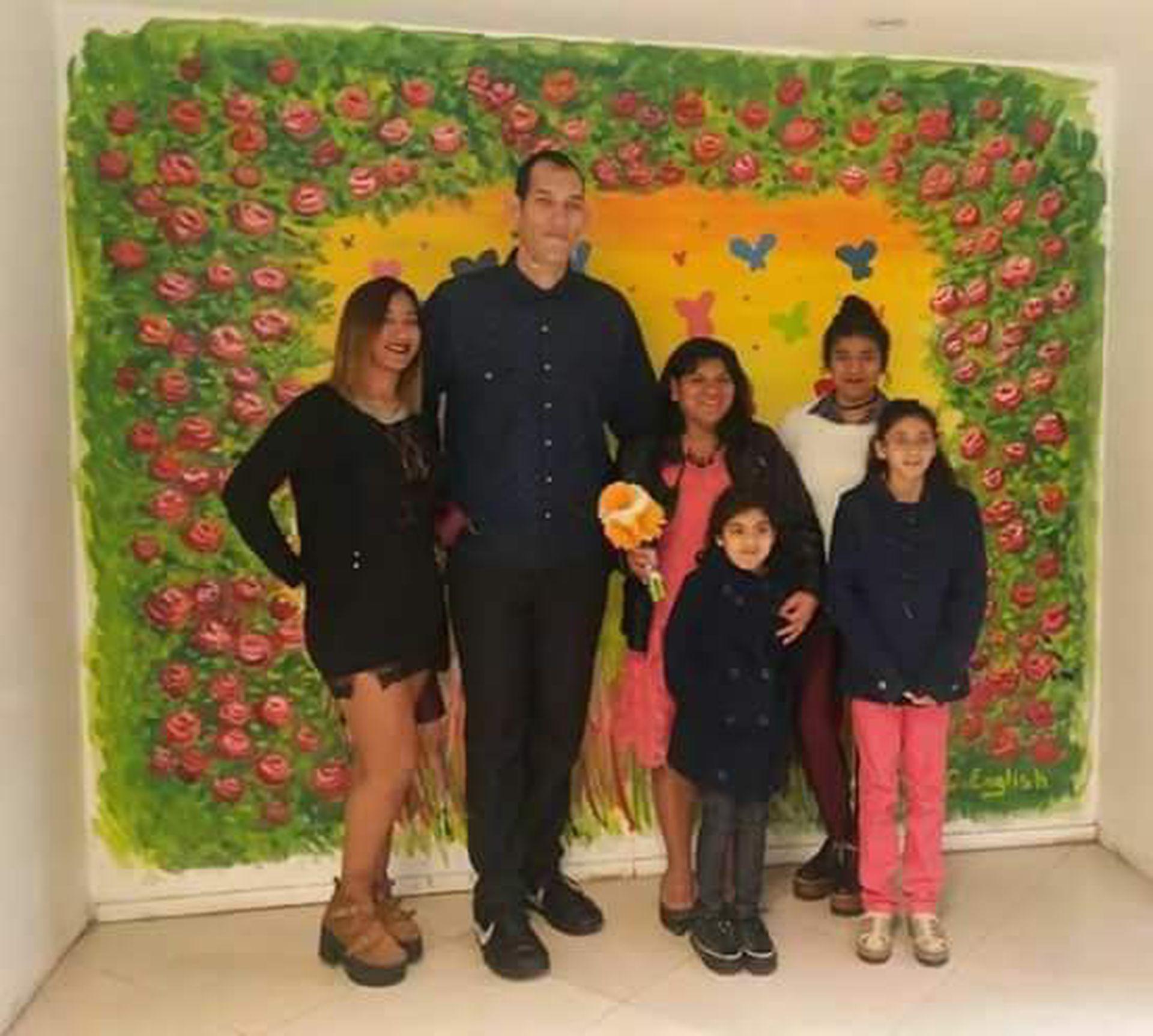 Gómez y Pereira se casaron hace cuatro años; en la foto posan junto a las tres hijas menores de Pereira y su nieta mayor