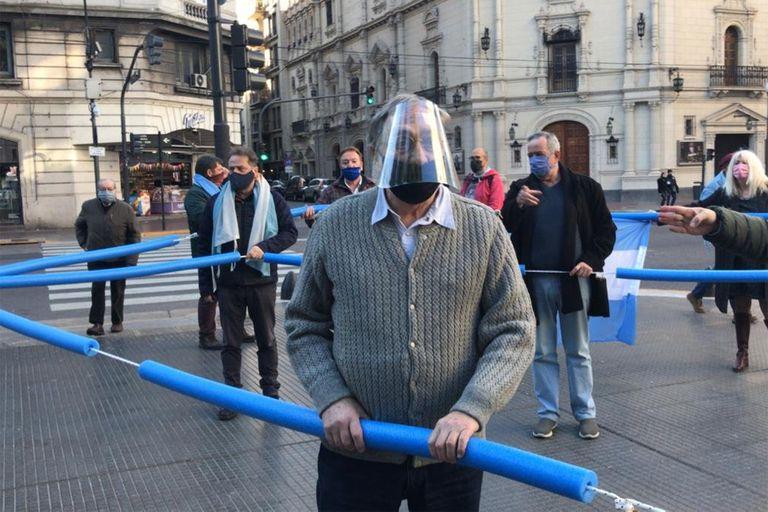 """Luis Brandoni improvisó un """"corralito"""" en uno de los banderazos"""
