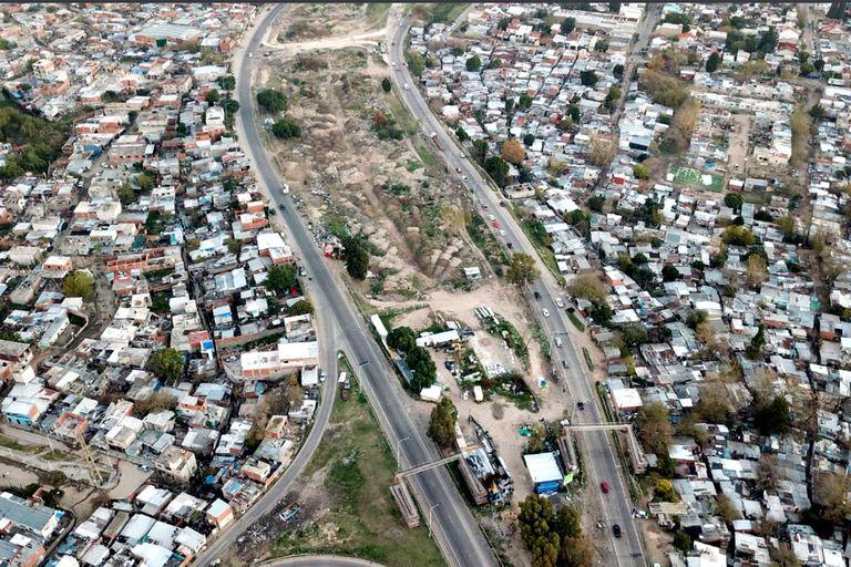 Desde el drone: Villa Azul y Villa Itatí separadas por el acceso sudeste. La de la izquierda es Villa Itatí