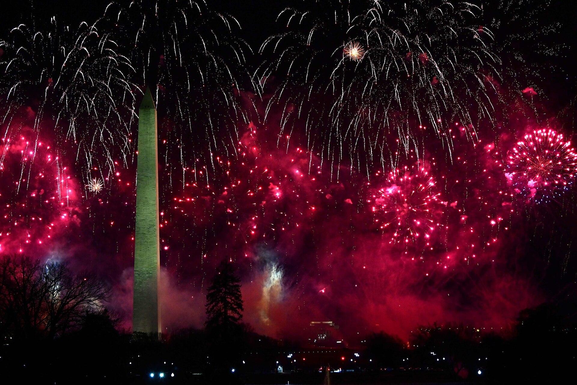 Los fuegos artificiales estallan detrás del Monumento a Washington, vista de cómo se ve desde la Casa Blanca en Washington