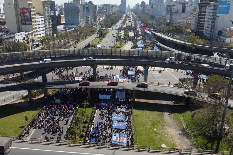Caos de tránsito en en el centro porteño por la marcha que distintas organizaciones sociales realizan al Ministerio de Desarrollo Social