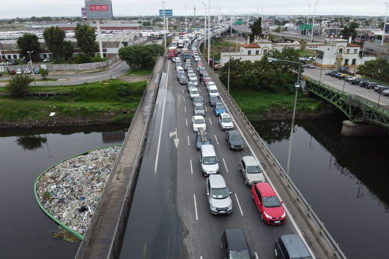Coronavirus: Largas colas de autos para ingresar a capital por puente La Noria