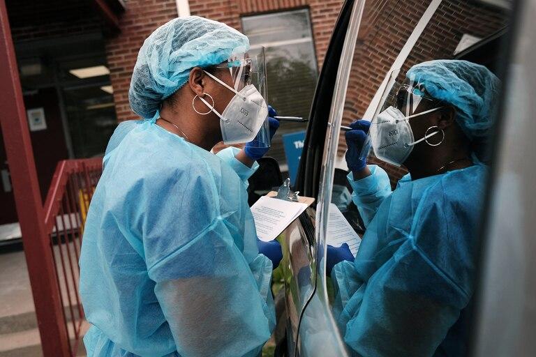 Los trabajadores médicos del Delta Health Center se preparan para vacunar a las personas en una clínica de vacunación emergente en una comunidad rural del Delta el 29 de abril de 2021 en Leland, Mississippi
