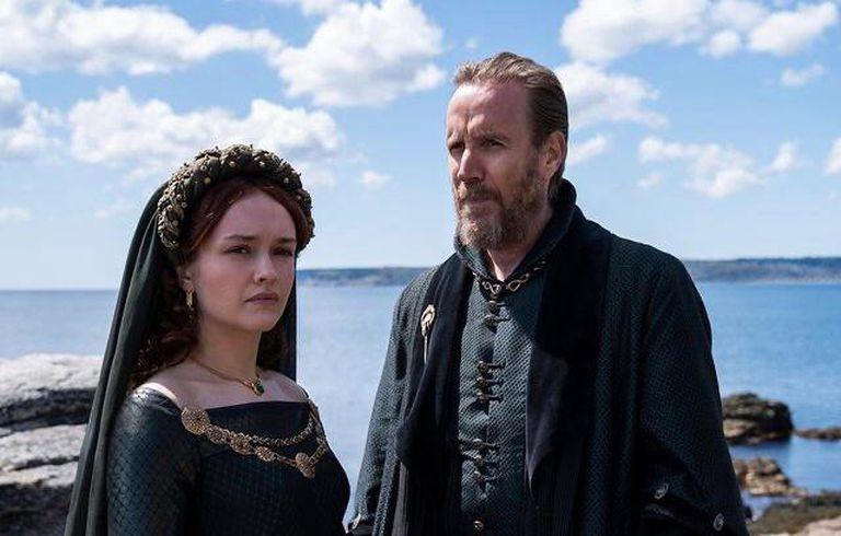 Olivia Cooke y Rhys Ifans como Alicent y Otto Hightower, en una de las escenas del rodaje de House of the dragon en Cornualles